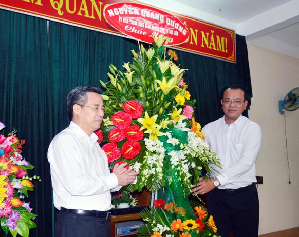 Bí thư Tỉnh ủy - Nguyễn Quang Dương chúc mừng ngành Y tế tỉnh