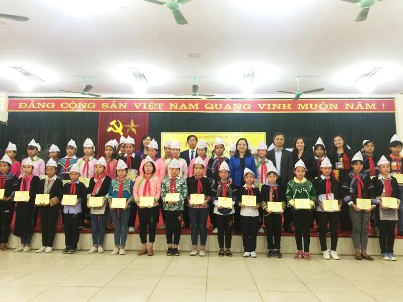 Quỹ Bảo trợ trẻ em Việt Nam trao học bổng cho học sinh nghèo Lào Cai