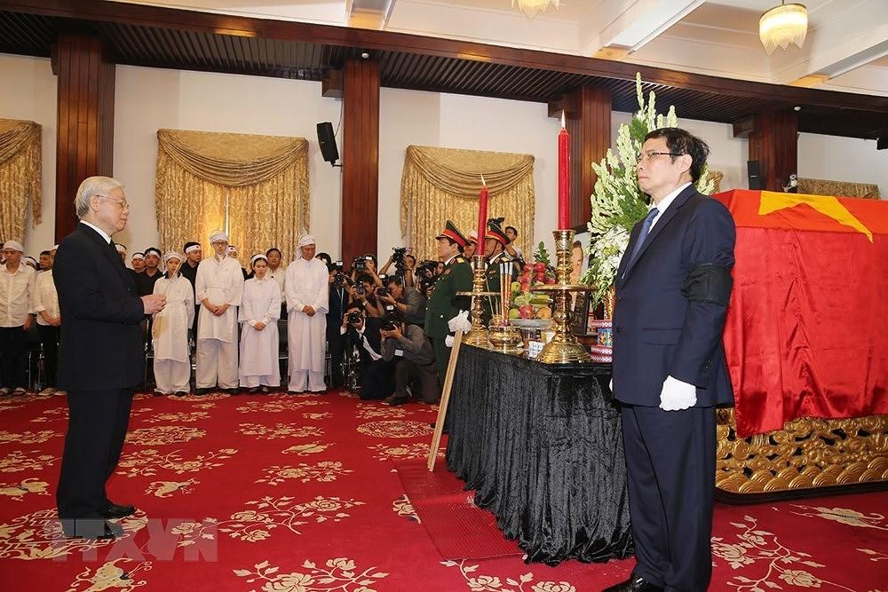 Đông đảo các đoàn đại biểu và người dân đến viếng nguyên Thủ tướng Phan Văn Khải
