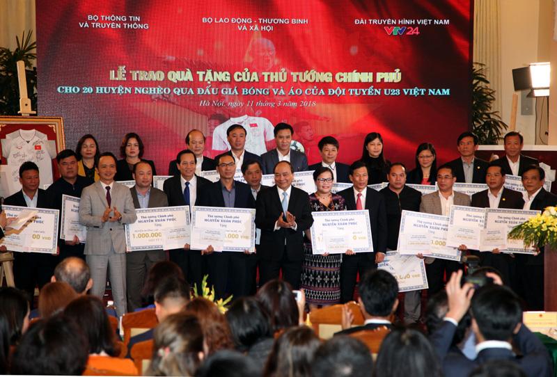 Thủ tướng tặng 20 tỷ đồng đấu giá áo và bóng của đội tuyển U23 cho 20 huyện nghèo