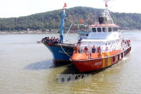 Bà Rịa-Vũng Tàu: Khẩn trương cứu nạn tàu cá bị sóng lớn đánh chìm trong đêm