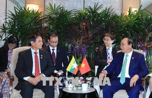   Thủ tướng Nguyễn Xuân Phúc tiếp xúc song phương bên lề Hội nghị Cấp cao ASEAN 32