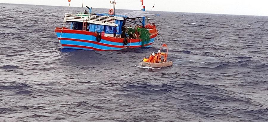 Kịp thời cứu nạn 04 thuyền viên tàu ĐNa90765 TS bị chìm