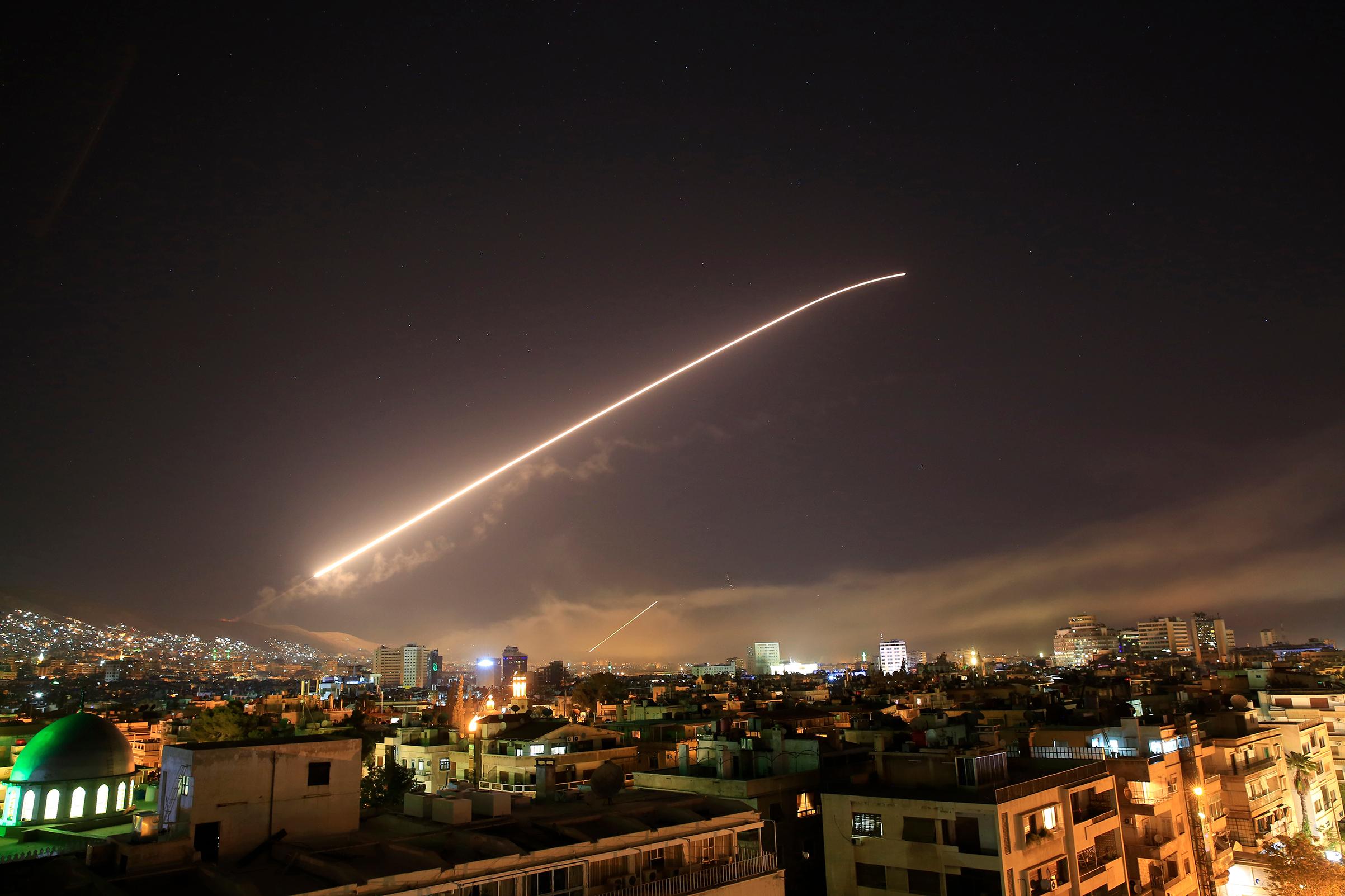 Mỹ, Anh và Pháp tấn công Syria, các nước lên tiếng