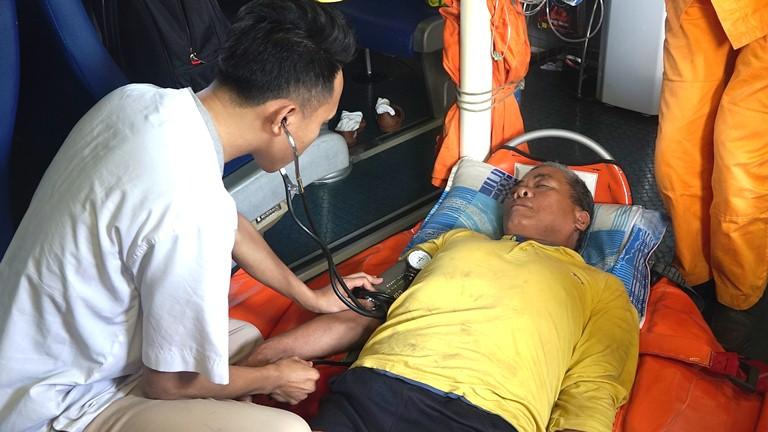 Kịp thời cấp cứu và đưa ngư dân bị bệnh trên vùng biển Hoàng Sa về đất liền cứu chữa an toàn