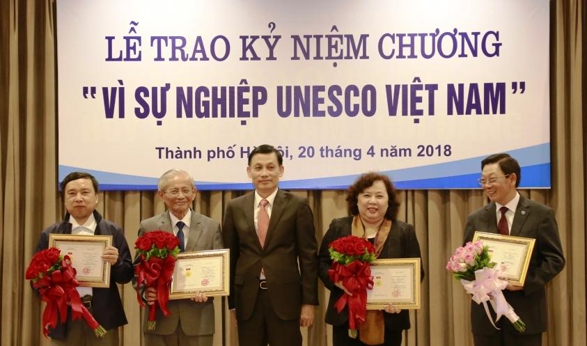 UNESCO Việt Nam trao tặng Kỷ niệm chương cho các cá nhân tiêu biểu của Hà Nội