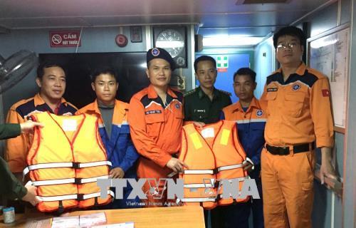 Kịp thời cứu hộ 2 thuyền viên gặp nạn trên biển