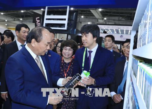 Thủ tướng Nguyễn Xuân Phúc thăm gian hàng Việt Nam tại FHA 2018