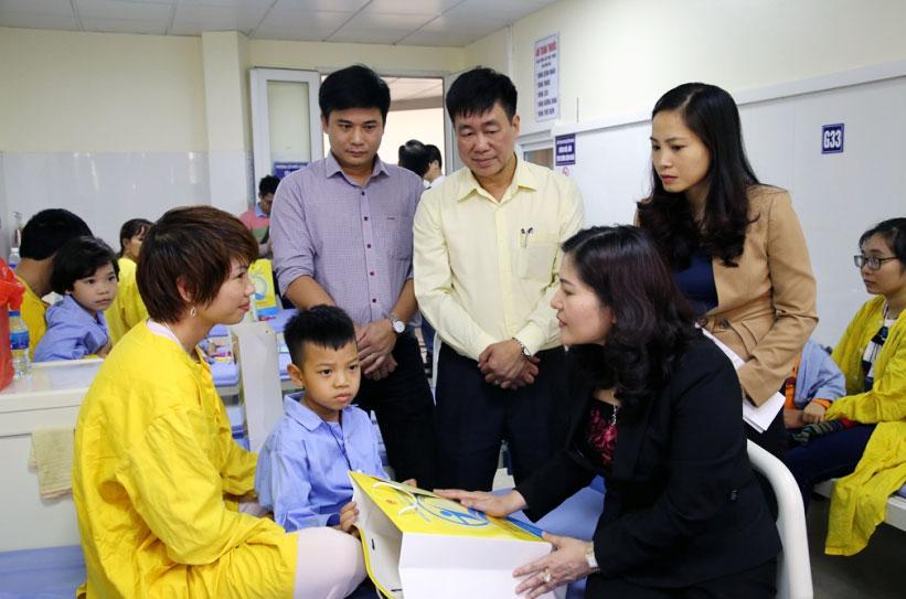 Tặng quà cho trẻ em đang điều trị tại bệnh viện Răng Hàm Mặt Trung ương