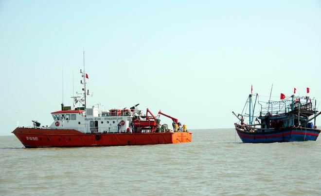 Nghệ An: Lai dắt tàu cá cùng 6 ngư dân bị nạn vào bờ an toàn