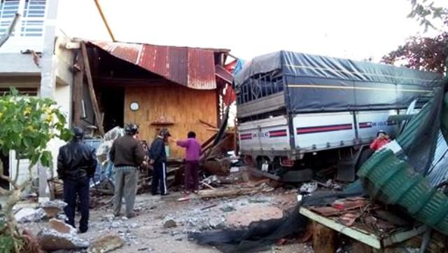 Lâm Đồng: Xe tải tông vào nhà dân, cả gia đình thoát nạn