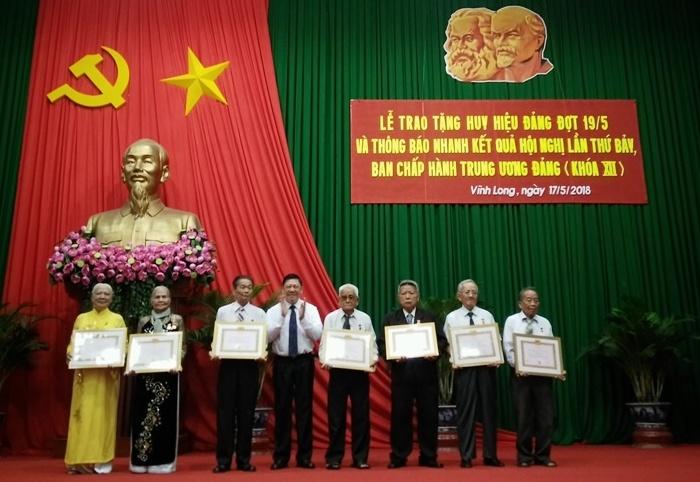 Vĩnh Long trao tặng Huy hiệu Đảng và thông báo nhanh kết quả Hội nghị Trung ương 7 khóa XII