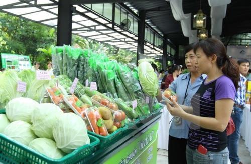 Rau xanh, thủy hải sản tăng giá mạnh do thời tiết nắng nóng