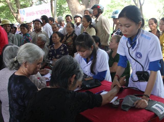 Thầy thuốc trẻ Việt Nam không quản khó khăn đi đến những nơi nhân dân cần