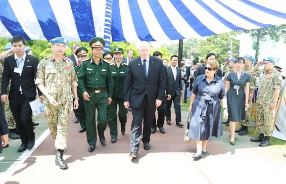 Toàn quyền Australia gặp gỡ cán bộ, nhân viên Bệnh viện Dã chiến cấp 2 số 1 của Việt Nam