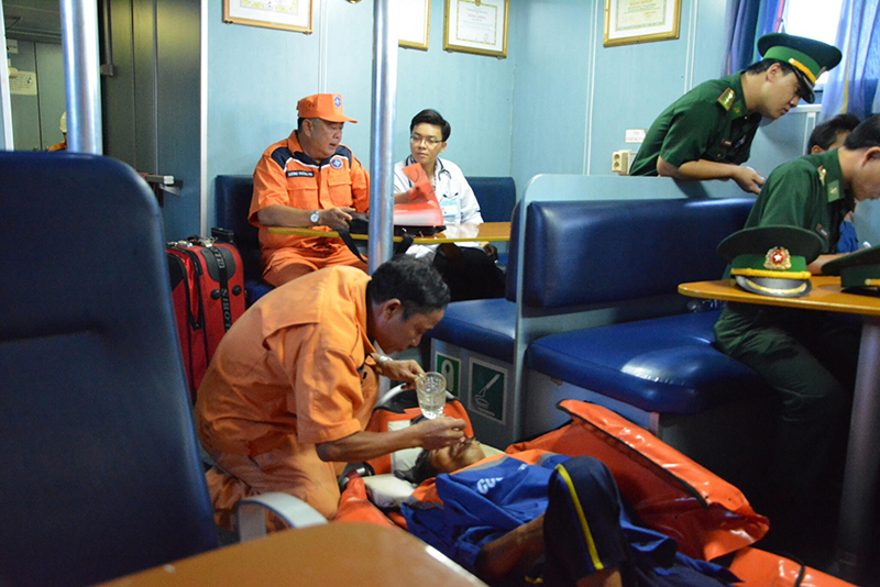 Cứu nạn khẩn cấp thuyền viên tàu cá bị tai biến trên biển