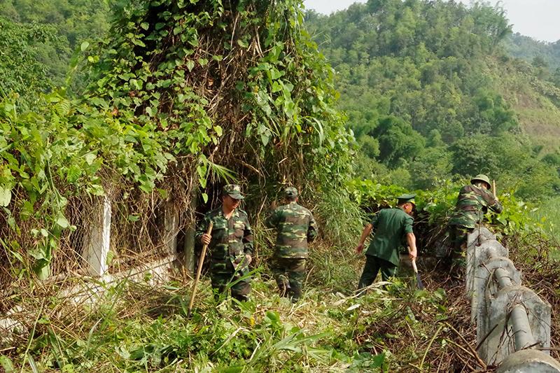 Lào Cai: Phối hợp phát quang đường biên giới