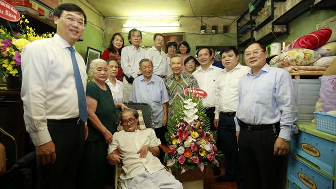 """Tác giả """"Búp sen xanh"""" nhận Huy hiệu 70 năm tuổi Đảng"""