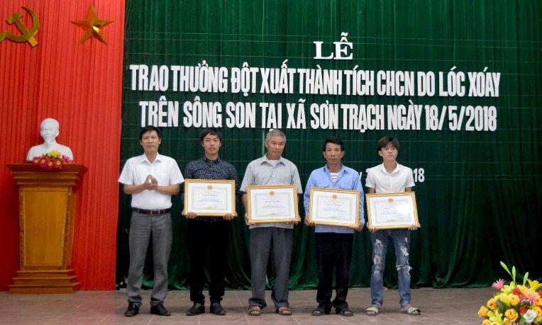Khen thưởng các cá nhân cứu du khách gặp nạn trên sông Son (Quảng Bình)