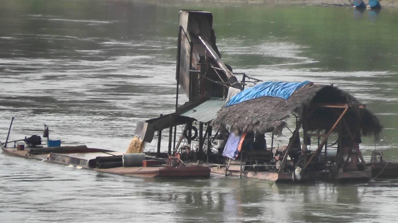 """Tuyên Quang: """"Cát tặc"""" lộng hành trên sông Lô!"""
