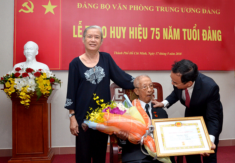 Trao Huy hiệu 75 năm tuổi Đảng tặng nguyên Trưởng ban Nội chính Trung ương Trần Quốc Hương