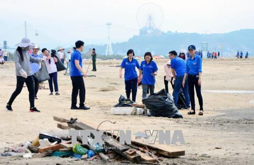 Phát động chương trình dọn sạch bãi biển vịnh Hạ Long