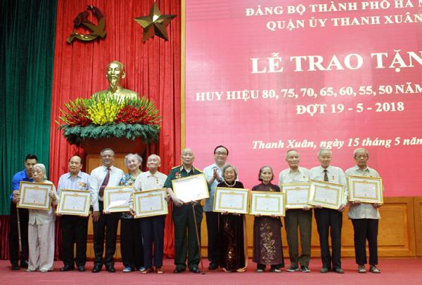 Hà Nội có 2 đảng viên nhận Huy hiệu 80 năm tuổi Đảng