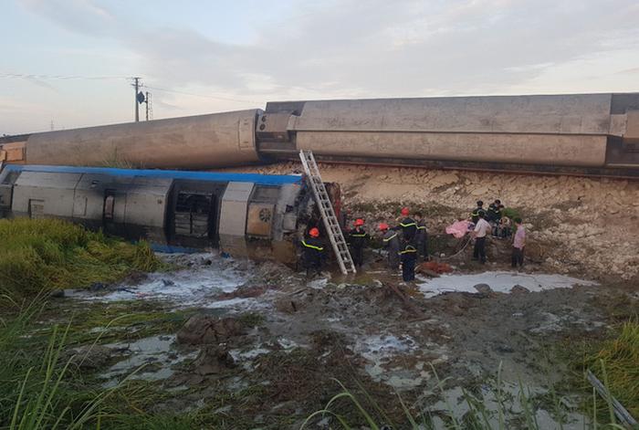 Tàu hỏa chở khách lật sau khi đâm xe tải, 2 người chết