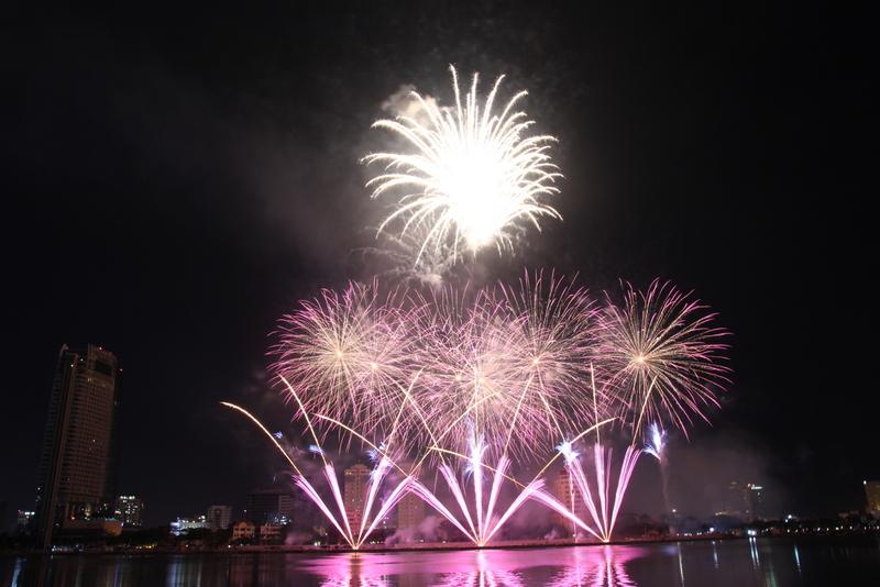 """Mãn nhãn """"tiệc pháo hoa"""" bên sông Hàn"""