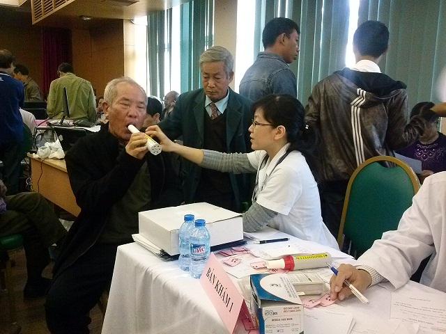 Bệnh viện Bạch Mai khám, tư vấn và cấp thuốc miễn phí cho bệnh nhân bệnh phổi tắc nghẽn mãn tính