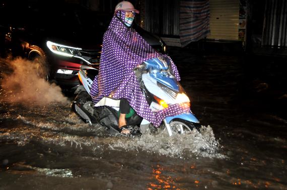 Mưa lớn, nhiều tuyến phố Hà Nội ngập sâu trong nước