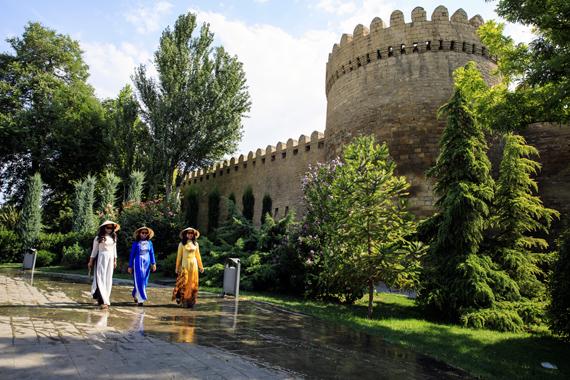 """Triển lãm ảnh """"Xa mà gần"""" nhân kỷ niệm 100 năm Quốc khánh Azerbaijan"""