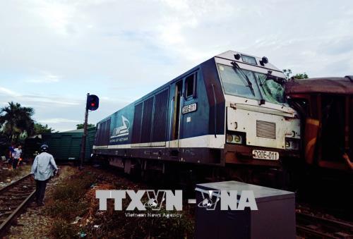 Quảng Nam: Hai tàu hàng đối đầu trong sân ga, nhiều toa tàu bị chệch đường ray
