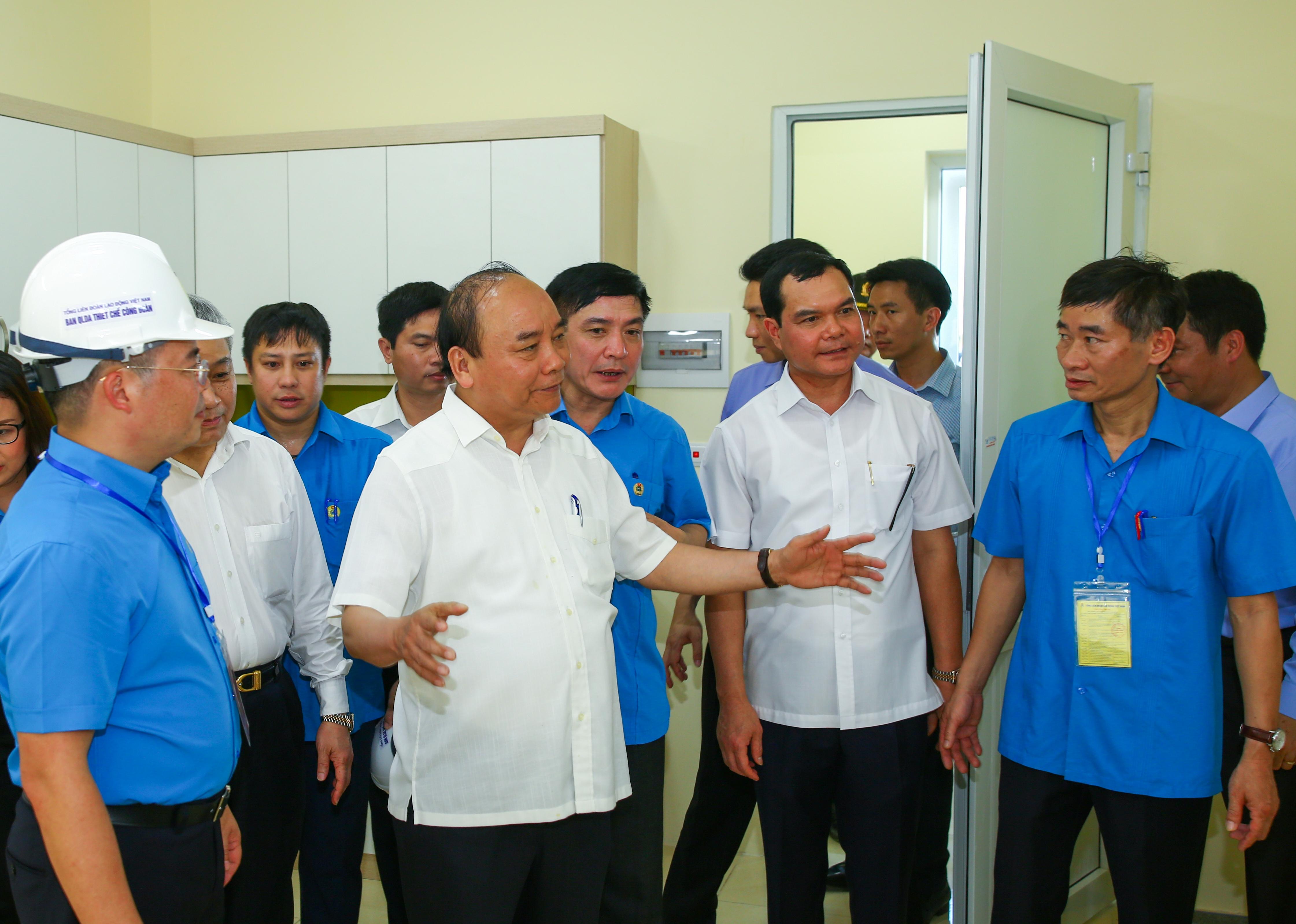 Thủ tướng Chính phủ thăm công nhân và thiết chế công đoàn tại KCN Đồng Văn II tỉnh Hà Nam