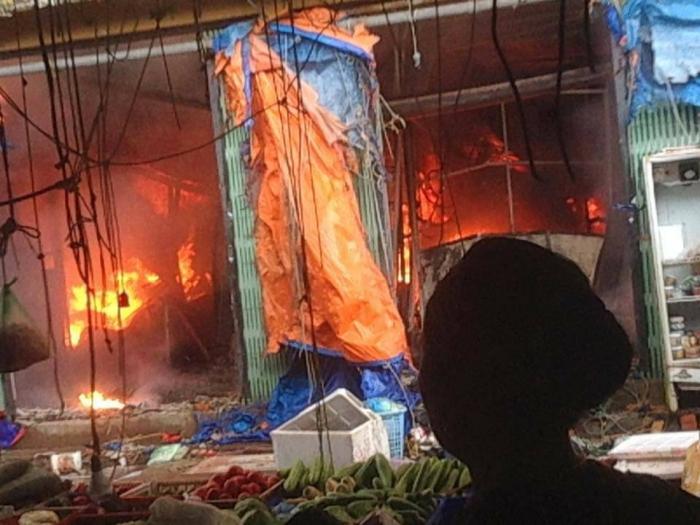 Dập tắt vụ cháy tại chợ Sóc Sơn, Hà Nội