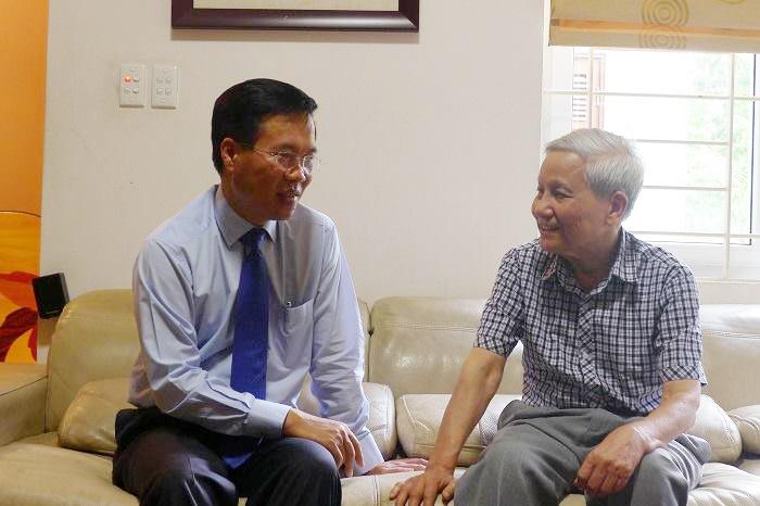 Đồng chí Võ Văn Thưởng thăm và chúc mừng hai nhà báo lão thành