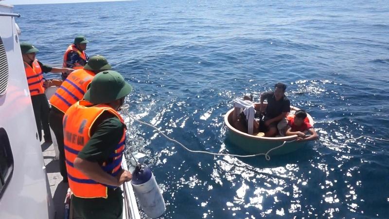 Cứu 4 ngư dân chìm tàu trên biển Quảng Bình