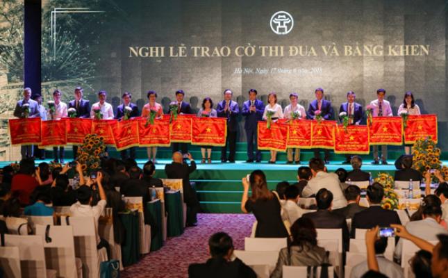Đại Học Anh Quốc Việt Nam nhận Cờ Thi đua của UBND TP Hà Nội