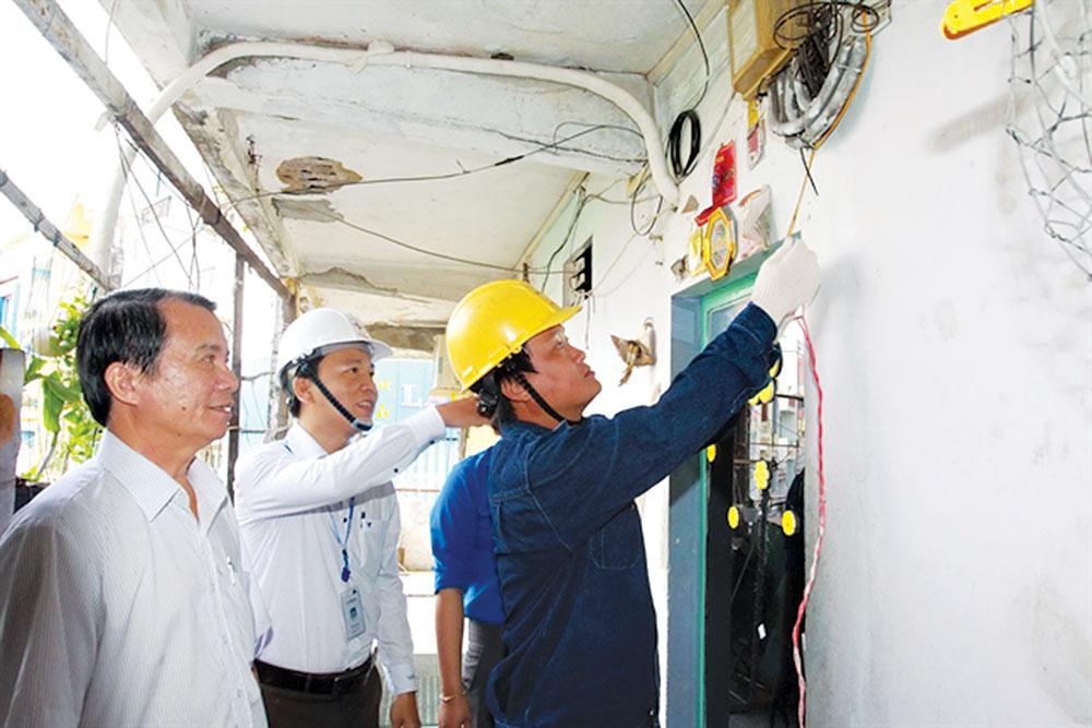 """TP.HCM: """"Siết"""" an toàn điện trong khu dân cư"""