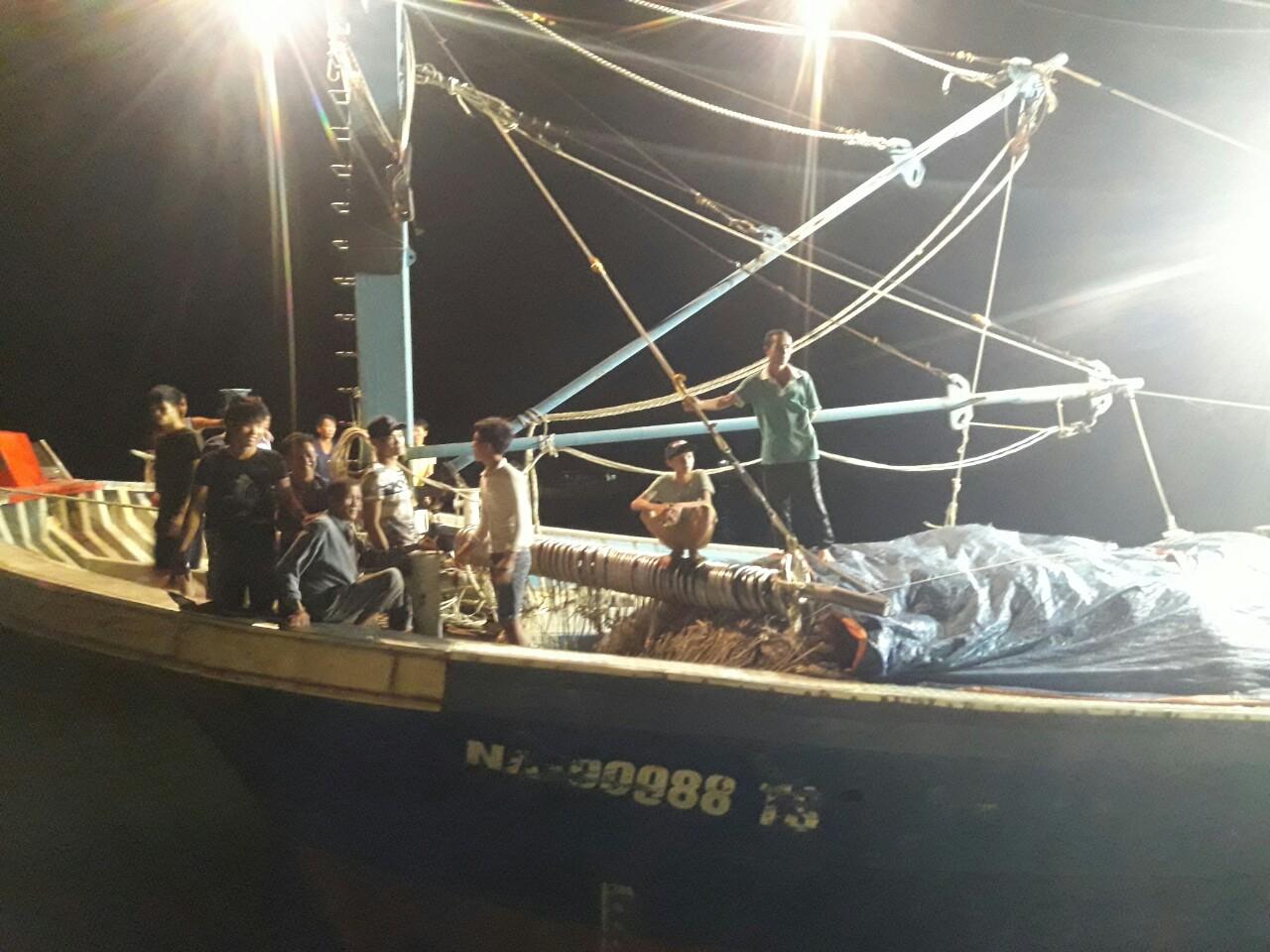 Bộ đội Biên phòng Nghệ An cứu tàu cá và 14 ngư dân gặp nạn trên biển