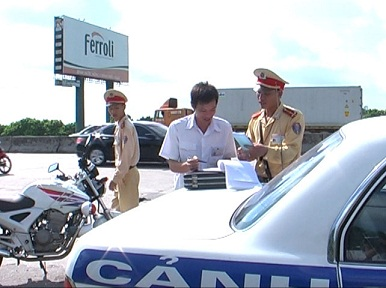 Hải Dương: Lực lượng Cảnh sát giao thông gắn tuyên truyền với xử lý vi phạm