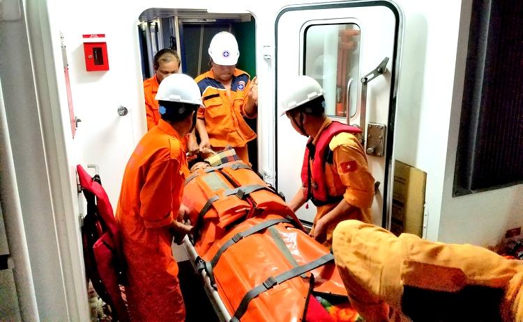 Cứu sống ngư dân bị bệnh hiểm nghèo trên biển