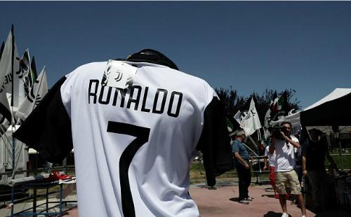 Ronaldo cập bến Juve, nhận lương kỷ lục