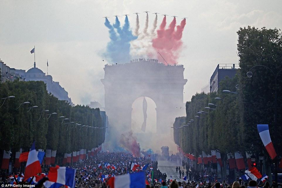 Paris bùng nổ trong lễ đón Les Bleus trở về
