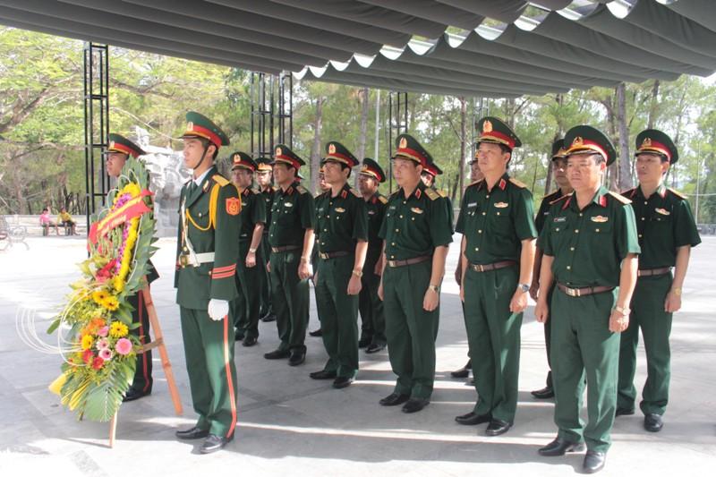 Bộ Tư lệnh Quân khu 4 dâng hương, dâng hoa tưởng niệm các Anh hùng liệt sỹ  