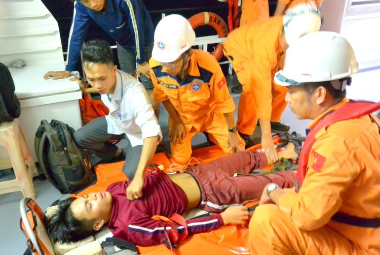 Kịp thời cứu sống ngư dân bị trọng bệnh trên vùng biển Hoàng Sa