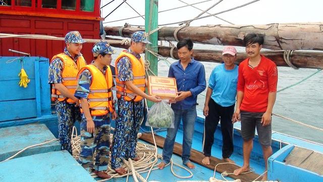 Cảnh sát biển cứu thành công 9 ngư dân gặp nạn
