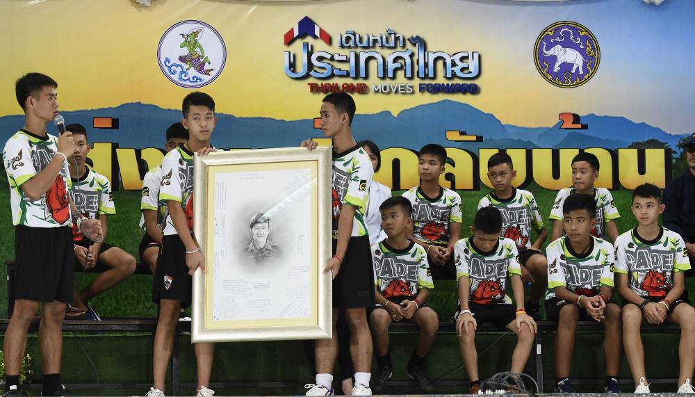 Đội bóng thiếu niên Thái Lan chia sẻ về 9 ngày mắc kẹt dưới hang sâu
