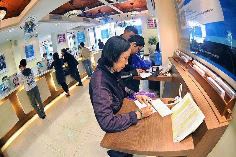 """Nhiều ngân hàng """"đua nhau"""" triển khai dịch vụ ngân hàng số"""
