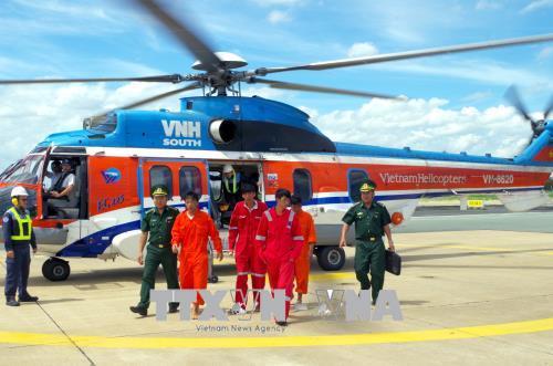 Huy động trực thăng đưa 4 thuyền viên bị nạn vào đất liền